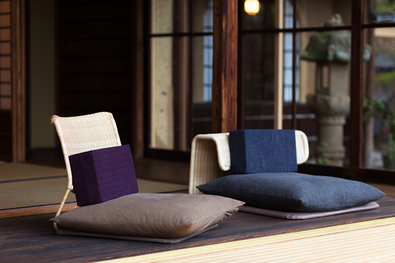 Seating cushions, table runner, and backrest cushions made with traditionally woven fabric of the surrounding Bingo region. The 9-tatami Japanese room is floored with the highest class of Bingo region tatami matting, a traditional local craft.