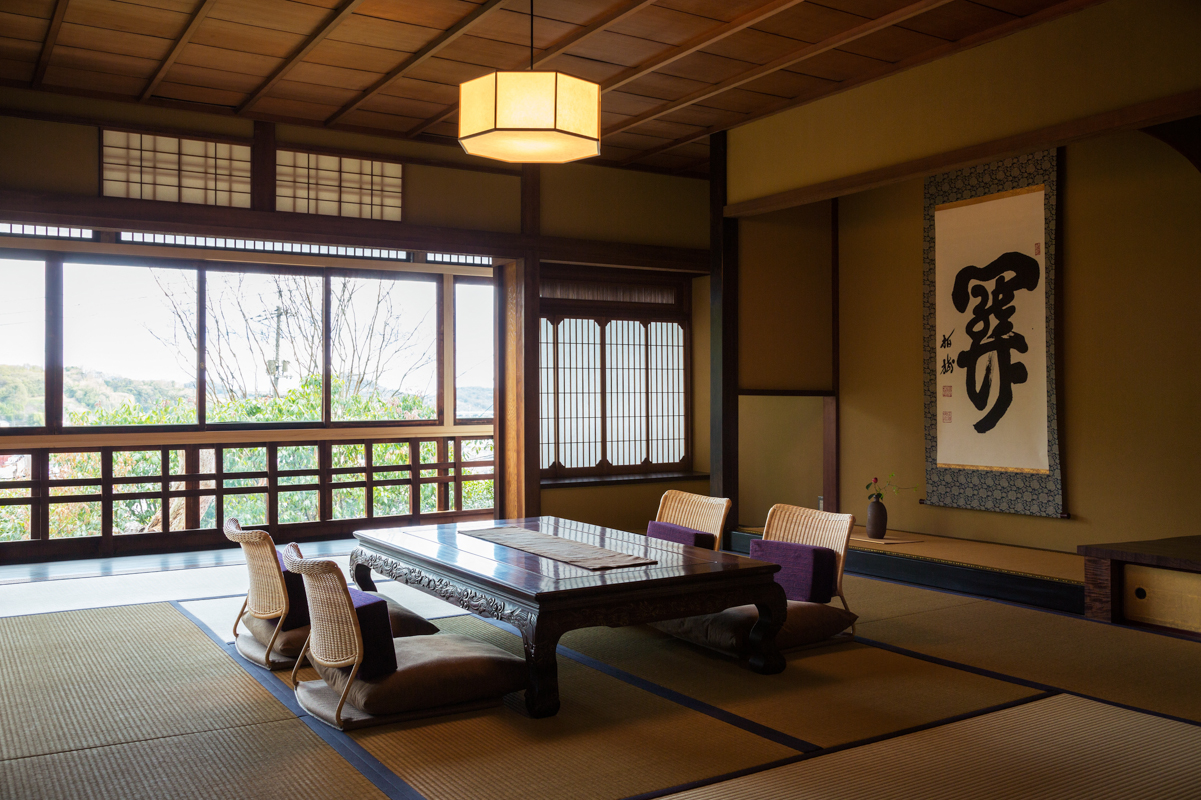 Spacious 9 tatami-mat room with a commanding view of the Onomichi Channel.