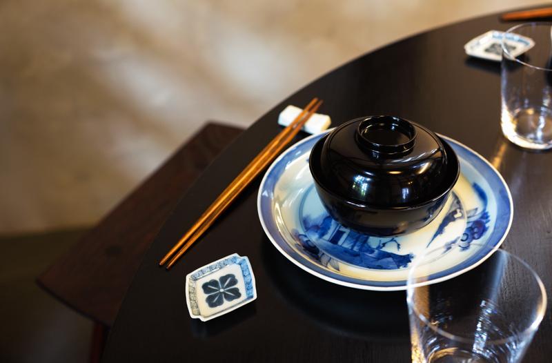 もともと館で使われていた家具や小物を磨き直して一部使用しています。また、もとの主が茶道にゆかりある方であったことにちなみ、四つ椀や漆を塗った利休箸等も備え付けています。