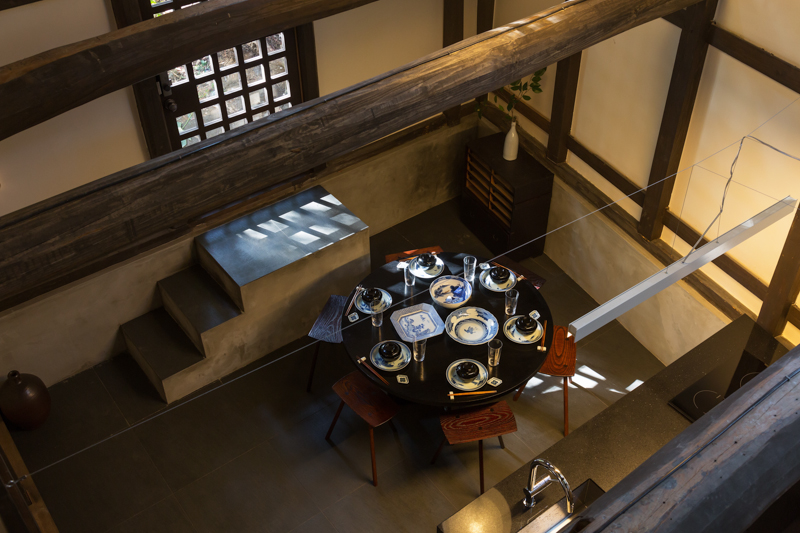 Dining room and kitchen with open ceiling, utilizing the traditional storehouse structure.