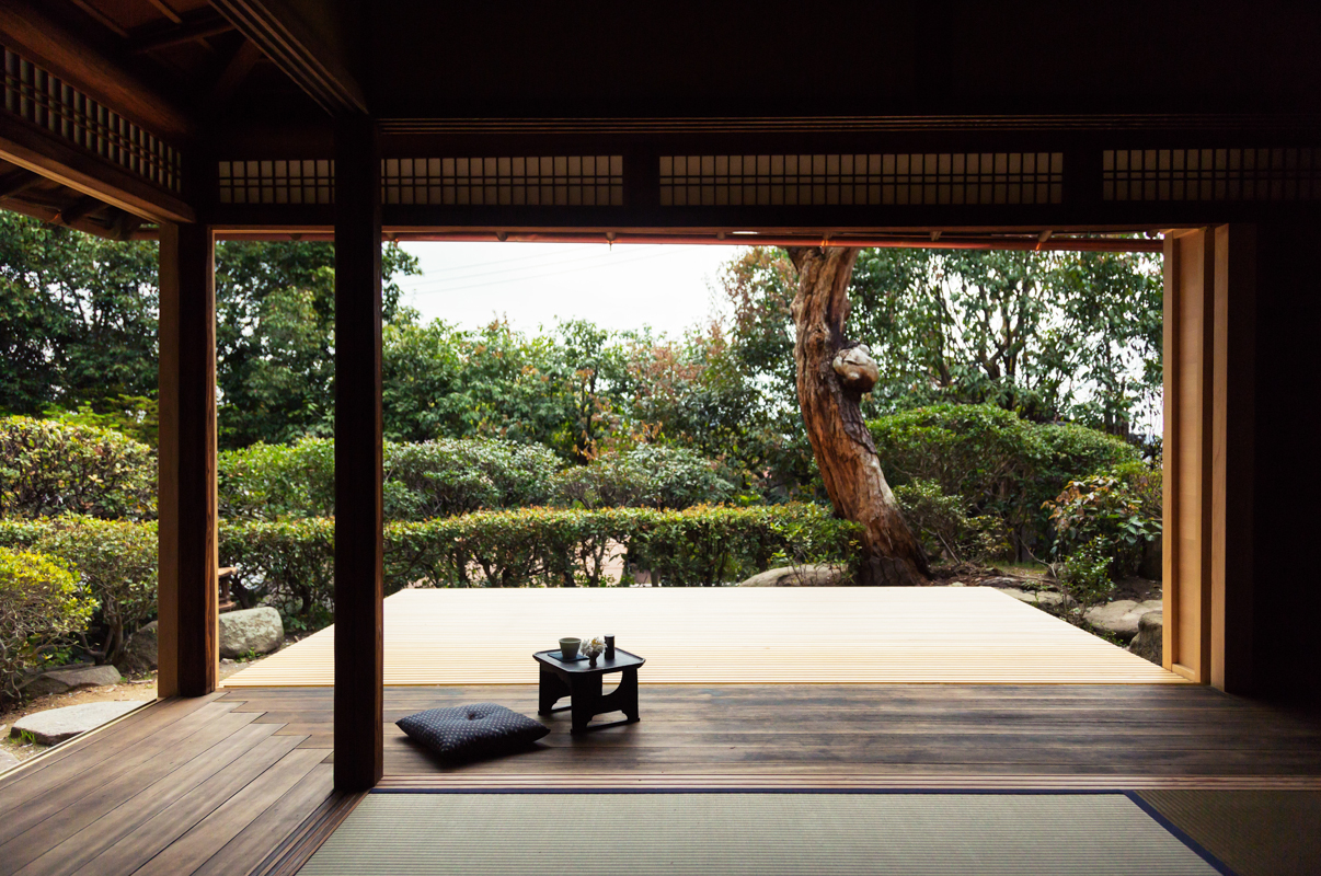 Integrated garden and house, the Japanese room opens onto the garden.