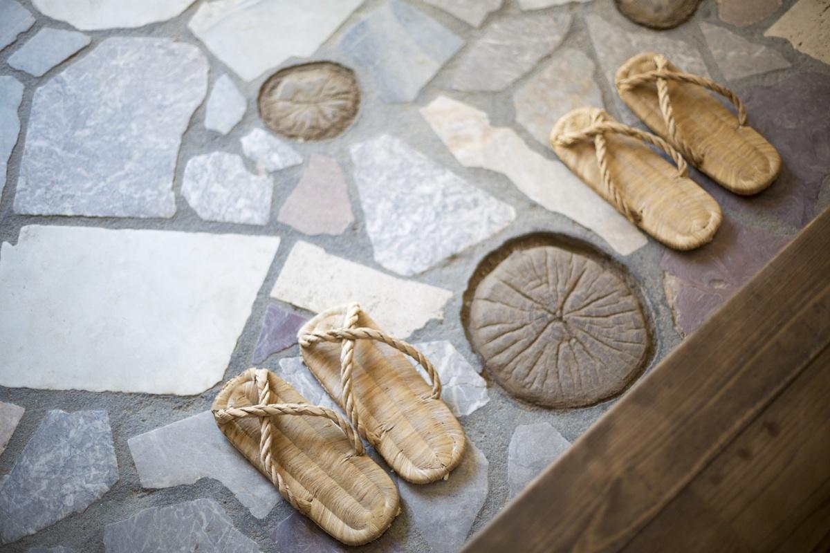 玄関には、日本各地から取り寄せた大理石が散りばめられています。