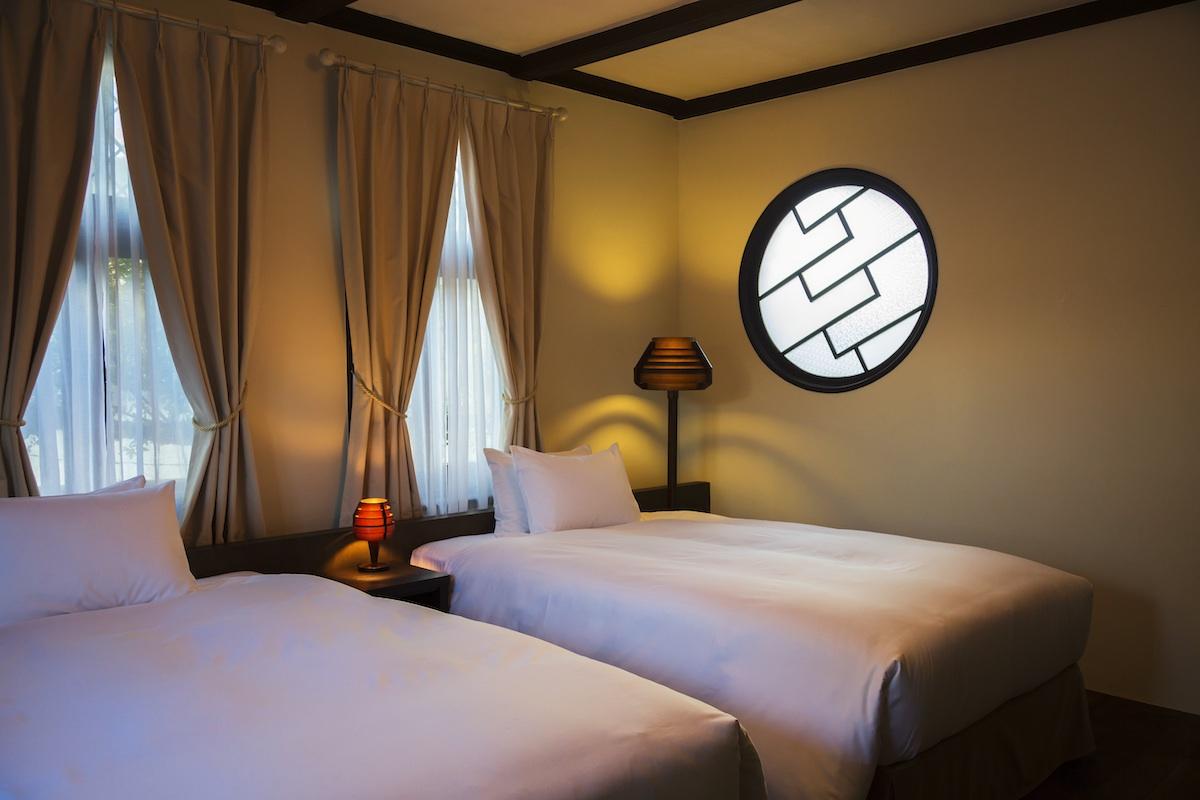 応接間だった部屋を寝室へリノベーション。シモンズ社のセミダブルサイズのベッドをご用意しています。※ご人数が多い場合はお布団を別室にご用意いたします。
