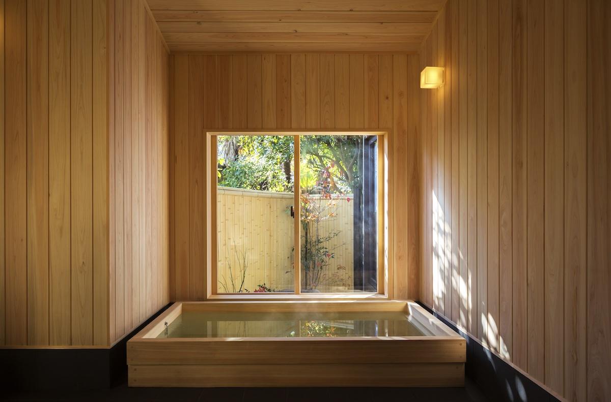 館内には浴室が2か所ございます。檜の湯船に浸かり、お寛ぎください。